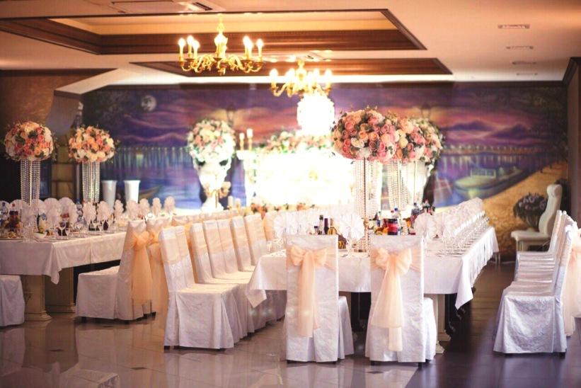 При заказе свадебного банкета — украшение зала предоставляется молодожёнам в подарок!