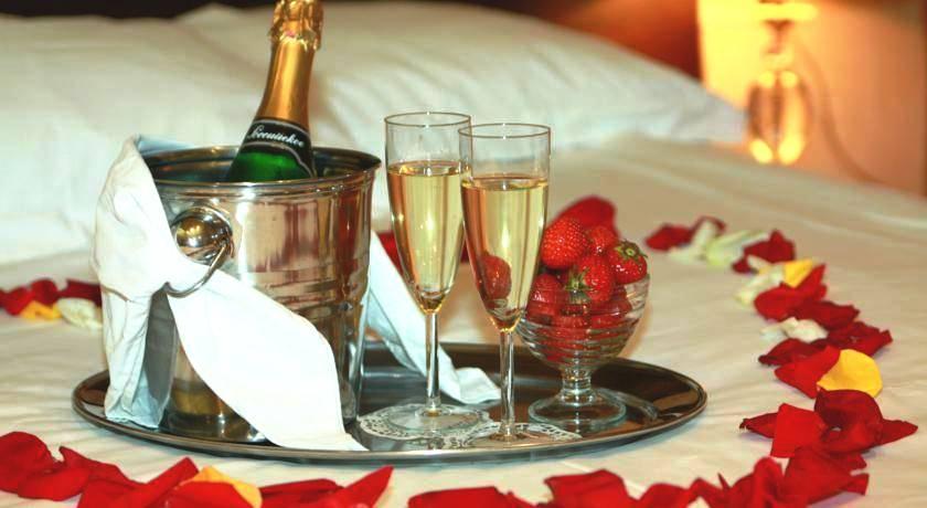 При заказе банкета молодоженами — номер, каравай и бутылка шампанского в подарок!
